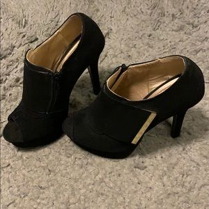 Shoes runs small (fits size 6- 6.5)